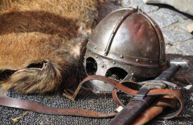 knight-armor-helmet-weapons-161936-525x340.jpeg