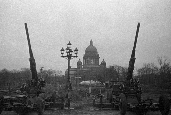 RIAN_archive_5634_Antiaircrafters_guarding_the_sky_of_Leningrad.jpg