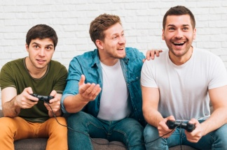 tres-amigos-varones-sentados-juntos-disfrutando-videojuego_23-2148160146