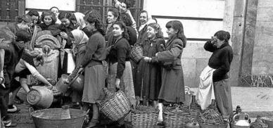 final-presidente-del-gobierno-carlos-arias-navarro-manana-del-noviembre-1975-comunicando-muerte-franco-traves-tve-miseria-grupo-mujeres-1950-hace-cola-frente-una-fuente-publica-madrid