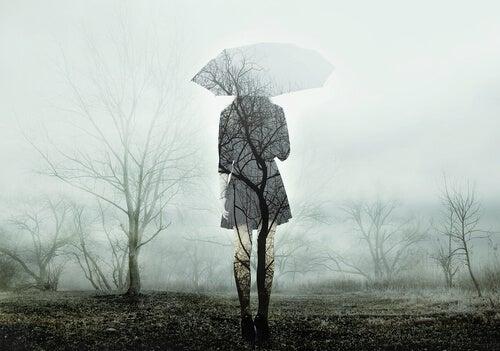 mujer-melancolica-con-paraguas